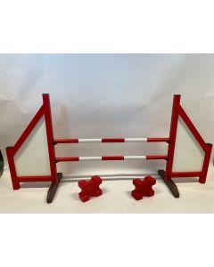 Hindernis rot (geschlossen) mit zwei Sprungbalken, 4 Aufhängungsstützen und 2 Cavaletti-Blöcken