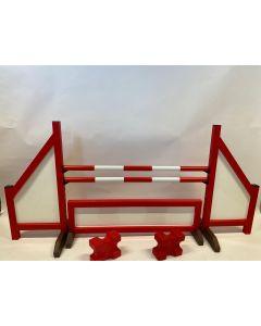 Hindernis rot (geschlossen) komplett mit zwei Sprungbalken, 4 Aufhängungsklammern, Hinderniszaun und 2 Cavaletti-Blöcken