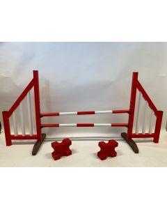 Hindernis rot (offen) mit zwei Sprungbalken, 4 Aufhängungsklammern und 2 Cavaletti-Blöcken